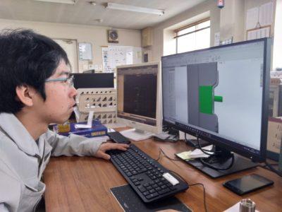 図1 Solidworksで金型設計を行う伊藤一樹氏